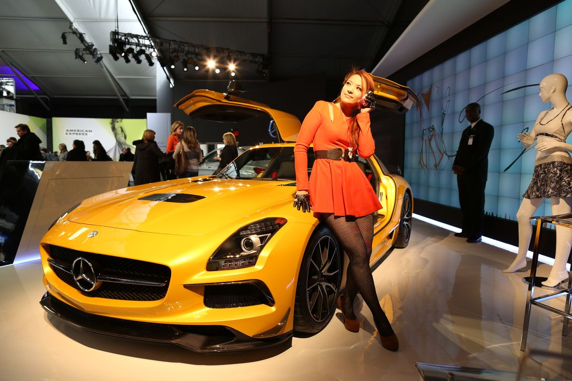 yellow_car_and_girls_02