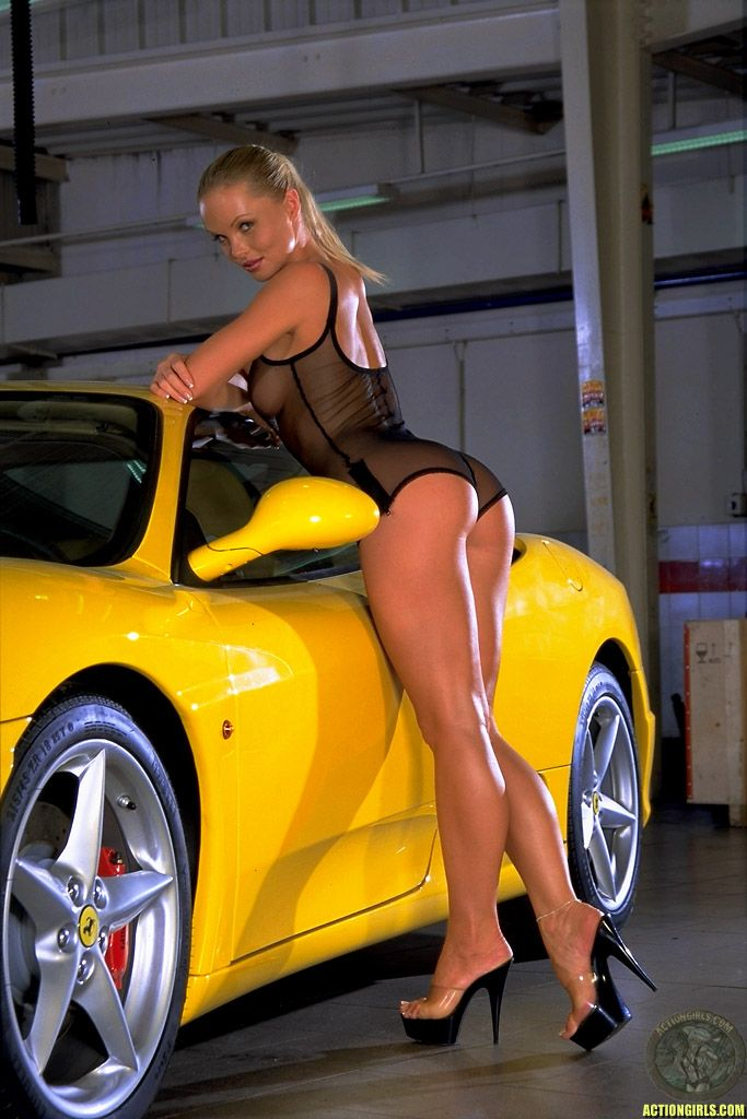 yellow_car_and_girls_07